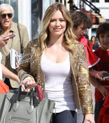 http://img222.imagevenue.com/loc1195/th_763607221_Hilary_Duff_at_Crumbs_bakery36_122_1195lo.jpg