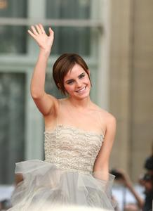 Эмма Уотсон, фото 565. Actress Emma Watson attends the World Premiere of Harry Potter and The Deathly Hallows - Part 2 at Trafalgar Square on July 7, 2011 in London, England., photo 565